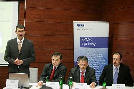 Debrecenben Agócs Balázs, a Portfolio.hu értékesítési igazgatója köszönti a résztvevőket