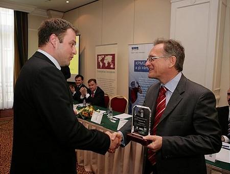 Waberer György átadja a közép-magyarországi régió 3. díját a Commitment Zrt. vezérigazgatójának, Guller Zoltánnak
