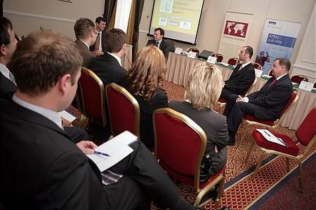 A díj alapítói és a közép-magyarorszgái régió nyertesei a díjátadó előtt tartott zártkörű megbeszélésen