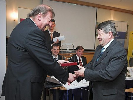 A nyugat-magyarországi régió 1. díját Gerber András, a Videoton Elektro-Plast Kft. ügyvezetője vette át