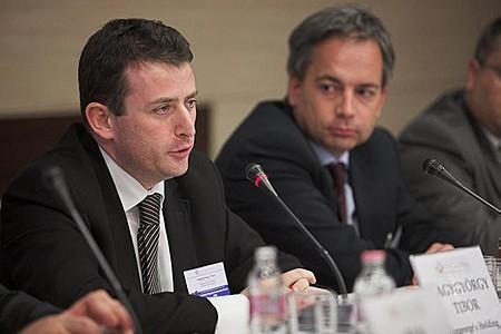 Alapító tulajdonosok egymás között: Nagygyörgy Tibor (Biggeorge\'s Holding tulajdonos-vezérigazató) és Hunyady Attila (AL Holding Zrt. alapító tulajdonosa és Igazgató Tanácsának elnöke)