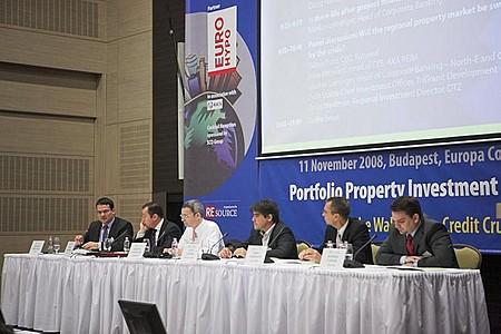 Délelőtt plenáris ülés volt, ahol régiós ingatlanpiaci kilátásokról hallgathatott előadásokat és panelbeszélgetéseket a nagyszámú közönség.