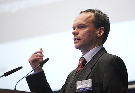 Dr. Szécsényi László (Schönherr Szécsényi Ügyvédi Iroda, Partner) a komplex jogi fejlesztésekről tartott előadást.