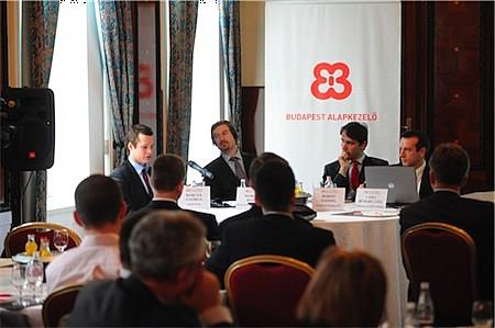 A Portfolio.hu szakmai reggelijén Martin Blum (BA-CA, ügyvezető igazgató, Head of EEMEA Markets Research & Strategy, Bécs), Bebesy Dániel (Budapest Alapkezelő, portfolió menedzser) és Barcza György (K&H Bank, vezető elemző) értékelte a forint helyzetét.