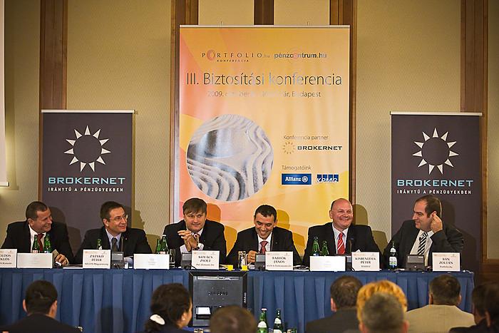 Zsoldos Miklós (UNION Biztosító), Zatykó Péter (AEGON Mo.), Kovács Zsolt (ING Biztosító), Bartók János (AVIVA Életbiztosító), Kisbenedek Péter (MABISZ) és Bán Zoltán (Portfolio.hu) a 2010-re várható biztosítási stratégiákat tekintették át.