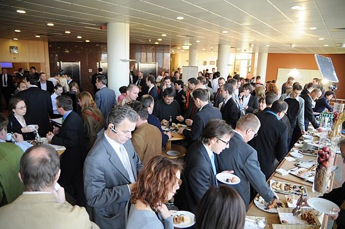 A kávészünetekben a befektetők egy kávé mellett faggathatták tovább a nagy tőzsdei cégek vezetőit, akik készségesen válaszoltak a cégüket érintő kérdésekre