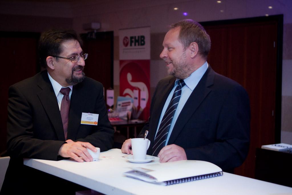 A kollégák ezúttal a Portfolio.hu konferenciáján \'mítingeltek\' (Dr. Spéder Zoltán az FHB Jelzálogbank Nyrt. elnöke és Gyuris Dániel (az FHB vezérigazgatója).