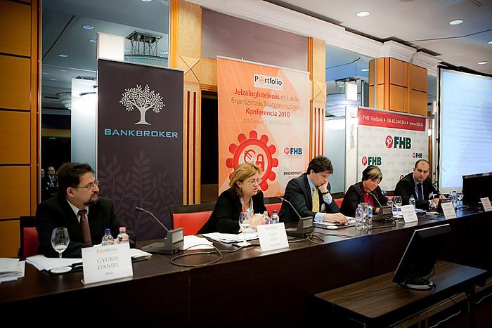 Mi várható a magyar bankpiacon, mi várható a jelzáloghitelezésben? A panelben: Gyuris Dániel (vezérig., FHB), Papp Edit (elnök-vezérig., Erste Bank), Dr. Farkas Ádám (elnök, PSZÁF), Dr. Király Júlia (alelnök, MNB) és Bán Zoltán (vezérig., Portfolio.hu)