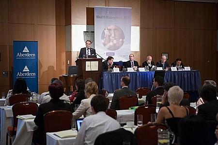 Schuszter Péter (Generali Alapkezelő), Dr. Markus Thomas (STOXX Ltd.), Dimitris Melas, CFA (MSCI Barra), Rupertus Rothenhaeuser (BNP Paribas S.A.), Enno Kühn (Credit Suisse Asset Man. Immob. KAG) Pillár Zsolt (Generali Alapkezelő) a 2. szekció előadói