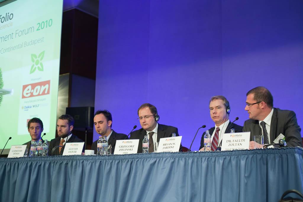 A megújuló projektekhez kötődó hitelekről és támogatásokról beszélt Bryan W. Jardine (Wolf Theiss), Grzegorz Zielinski (EBRD), Gulyás Olivér (MKB Bank), Gyimóthy Dénes (PannErgy), Tátrai Péter (RFV) és a moderátor Dr. Faludi Zoltán (Faludi Wolf Theiss).