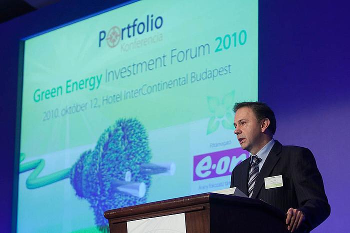 Kiss Péter a KPMG energetikai és közüzemi tanácsadásának globális és közép-kelet-európai vezetője a kelet-közép-európai régió helyzete a megújuló versenyben témakörben tartott előadást.