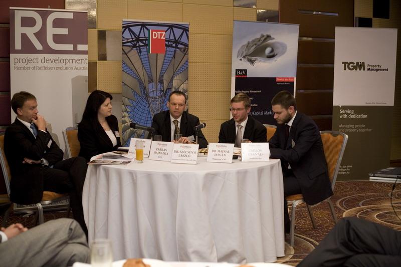 Fejlesztők, bérlők, ingatlankezelők egy asztalnál: Dr. Hajnal István (Biggeorge\'s NV), Dr. Szécsényi László (Szécsényi és Társai Ügyvédi Társulás), Farkas Hajnalka (DTZ), Kardos Zsolt (Budapest Bank - GE Capital) és kollégánk Csűrös Csanád.