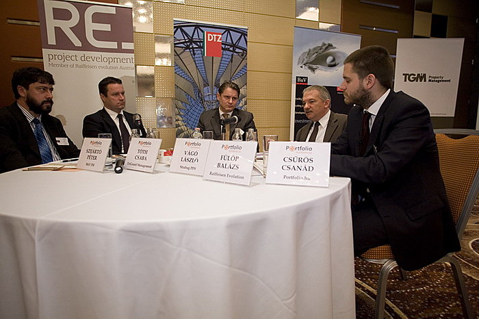 Az üzemeltetői panelbeszélgetésben Fülöp Balázs (Raiffeisen Evolution), Szijártó Péter (B&V FM), Tóth Csaba (TriGranit Management), Vágó László (Strabag PFS) és Csűrös Csanád (Portfolio.hu) vett részt.