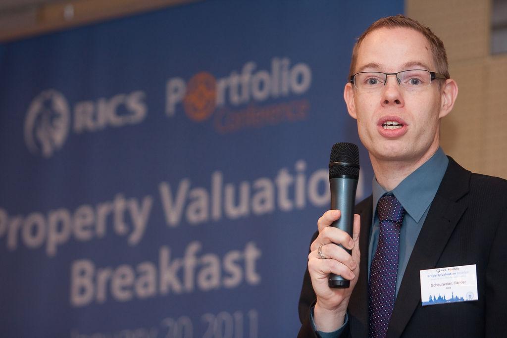 Sander Scheurwater (RICS, Head of EU Policy & Public Affairs) a \'Fenntarthatóság, zöld megoldások - Mennyit érnek a zöld épületek?\' című 2. szekció moderátora volt