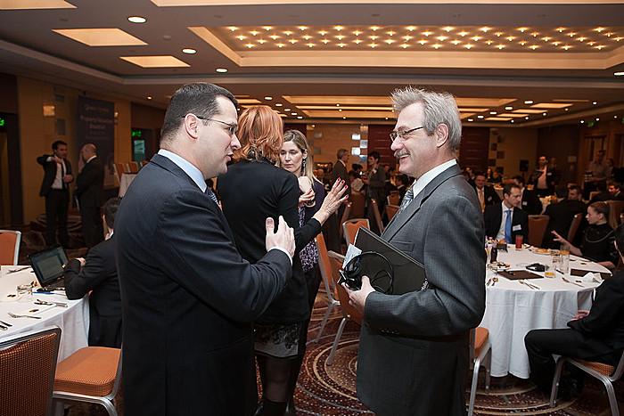A reggelin a nemzetközi és a hazai ingatlanszakma jeles képviselői vitatták meg az értékbecslés legfontosabb európai és globális folyamatait. (a képen Hornok Krisztián MRICS, a 3. szekció moderátora és Rudolf Riedl).