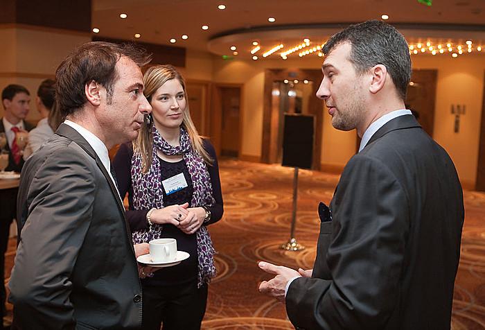 Egymás között: Luciano Capaldo FRICS (RICS Europe), Orcsik Anna (RICS) és Agócs Balázs (Portfolio.hu).