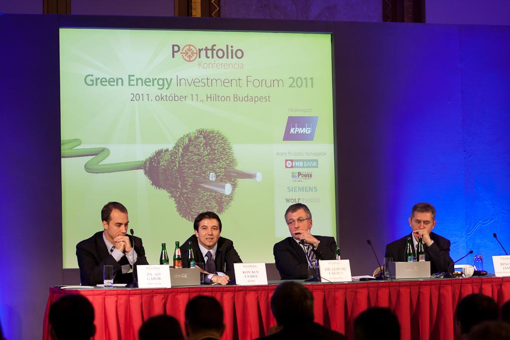 Az első szekció előadói: Kovács Csaba (igazgató, KPMG energetikai tanácsadás), Dr. Ludvig László (divízió vezető, Siemens Zrt.), Bencsik János (államtitkár, Nemzeti Fejlesztési Minisztérium) és kollégánk Patkó Gábor.