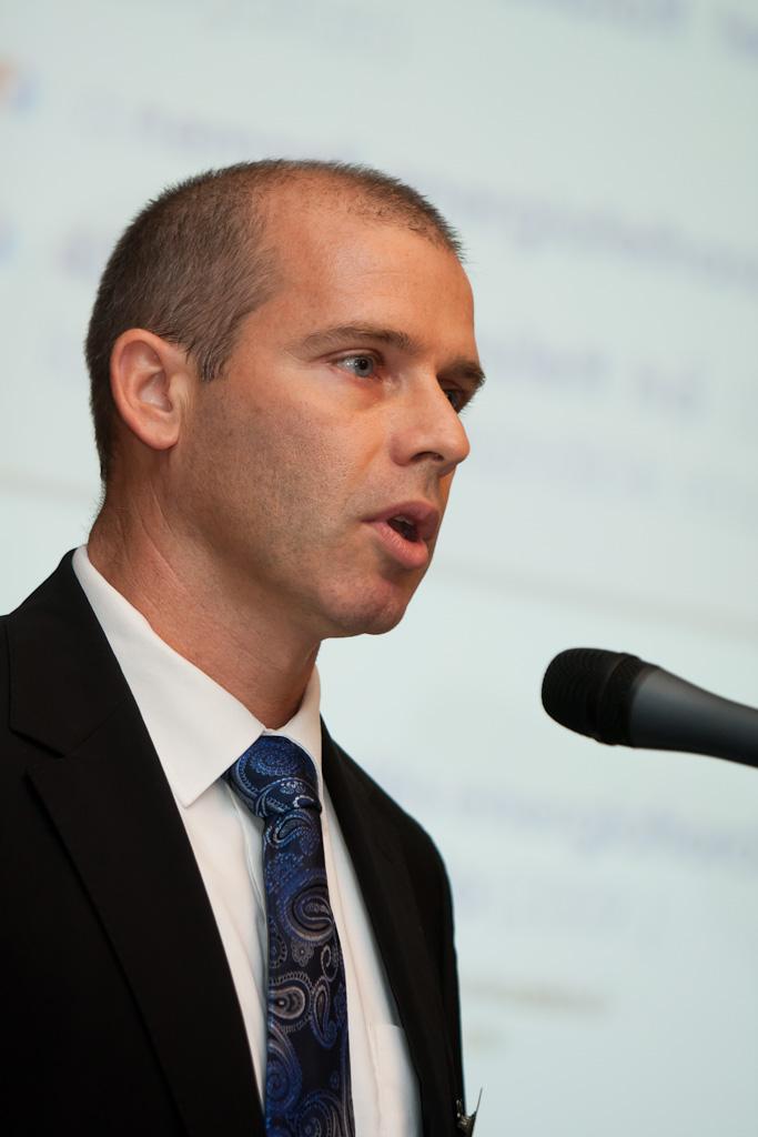 A délutáni 4/A szekcióban Megújuló hőtermelés lehetőségei a távfűtésben címmel Fekete Csaba (elnök, MATÁSzSz) tartott előadást.