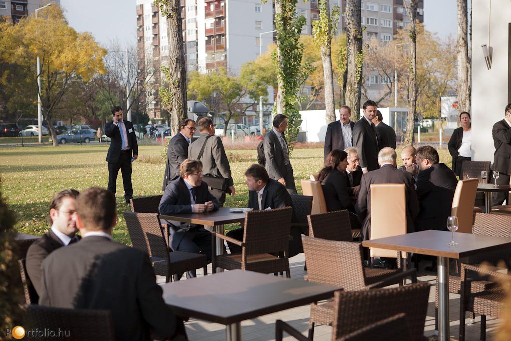 A szép időnek köszönhetően az étterem teraszán is egyeztettek az ingatlanosok.