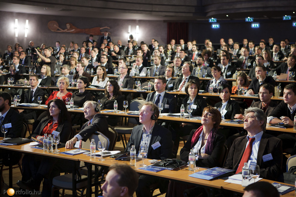 Mindenki előre tekint, de kérdéses, hogy mit tartogat számunkra 2012?