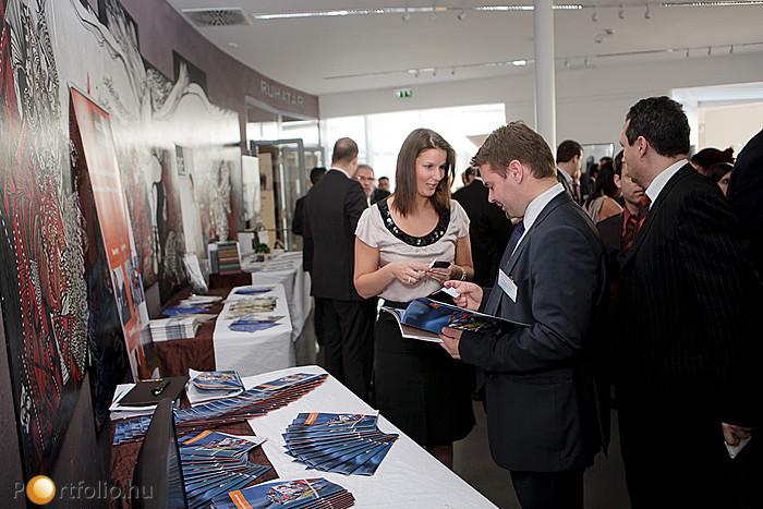 A Vásártéren mintegy 20 ingatlanos cég standját tekinthették meg a résztvevők.