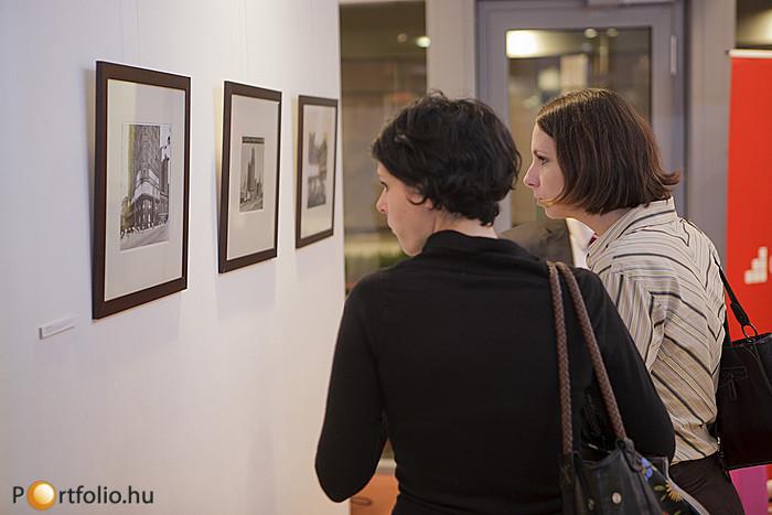 Az esti programban került sor a Sanghaj-Budapest fotókiállítás megnyitására is, ahol kortárs és korabeli fotókat tekinthettek meg az érdeklődők Hudec László magyar építészmérnök sanghaji épületeiről.