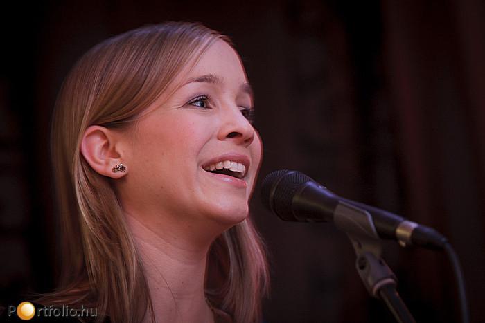 Harcsa Veronika és zenekara élő koncert adott a résztvevők nagy örömére.