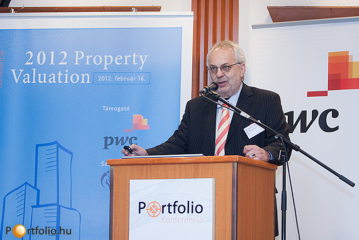 Baross Pál, az RICS Magyarország most leköszönt elnöke, vezető előadásában ismertette az elmúlt időszak legfontosabb ingatlanpiaccal kapcsolatos elemzéseit, véleményeit.