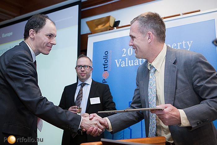 A nemzetközi ingatlanszakmai szervezet (RICS) magyarországi szervezetének vezetője, Michael Smithing adta át a RICS tagoknak a diplomáikat.