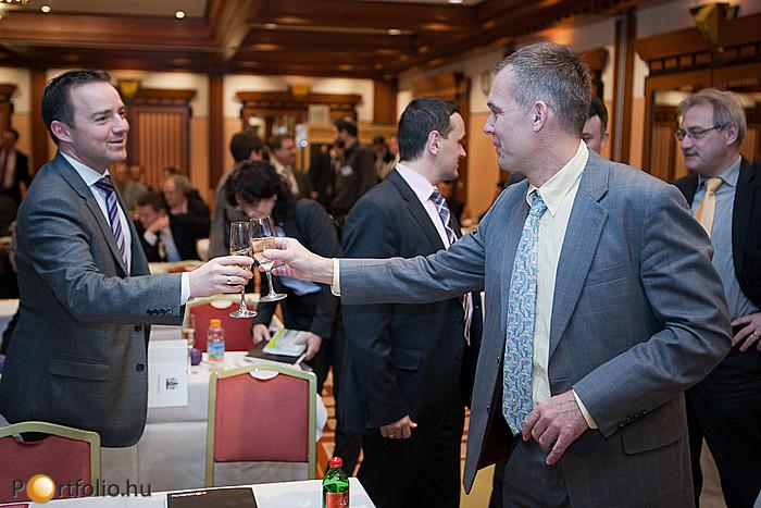 Az RICS Annual Meeting diplomaosztója után pezsgővel köszöntötték egymást a résztvevők.