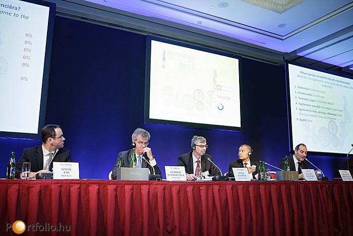 A panelben Simák Pál (elnök-vezérigazgató, MKB Bank Zrt.), Hendrik Scheerlinck (vezérigazgató, K&H Bank Zrt.), Heinz Wiedner (vezérigazgató, Raiffeisen Bank Zrt.), Batara Sianturi (elnök-vezérigazgató, Citibank) és Dr. Dietz Miklós CFA (Partner, McKinsey