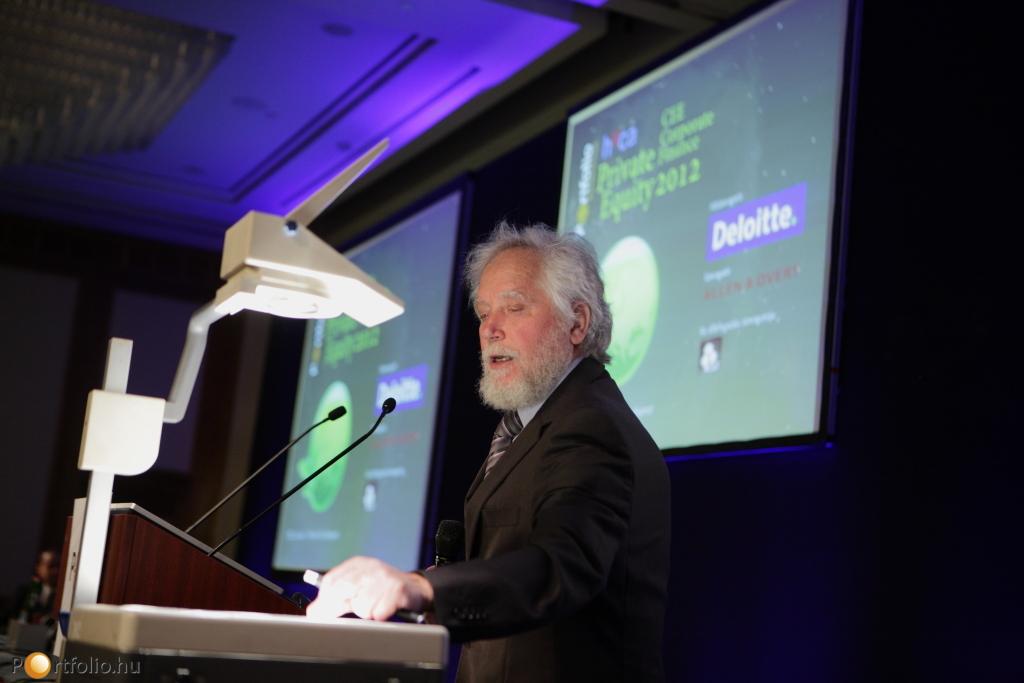 A nyitóelőadást Szemerédi Endre (Abel-díjas matematikus, egyetemi tanár, MTA Rényi Alfréd Matematikai Kutatóintézet) tartotta.