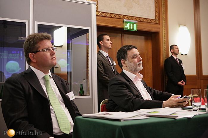 Seres Béla (Partner, Deloitte) és Fellegi Tamás (korábbi nemzetközi tárgyalásokért felelős tárca nélküli miniszter) a közönség soraiban. Háttérben a szervezők: Benkő András (rendezvénymenedzser, Portfolio.hu) és Agócs Balázs (értékesítési vezérigazgató-he