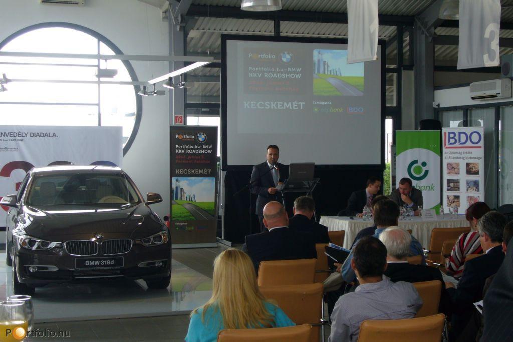 Tóth Gábor a Formont Autóház vezetője köszöntötte a Portfolio.hu-BMW KKV Roadshow kecskeméti vendégeit.