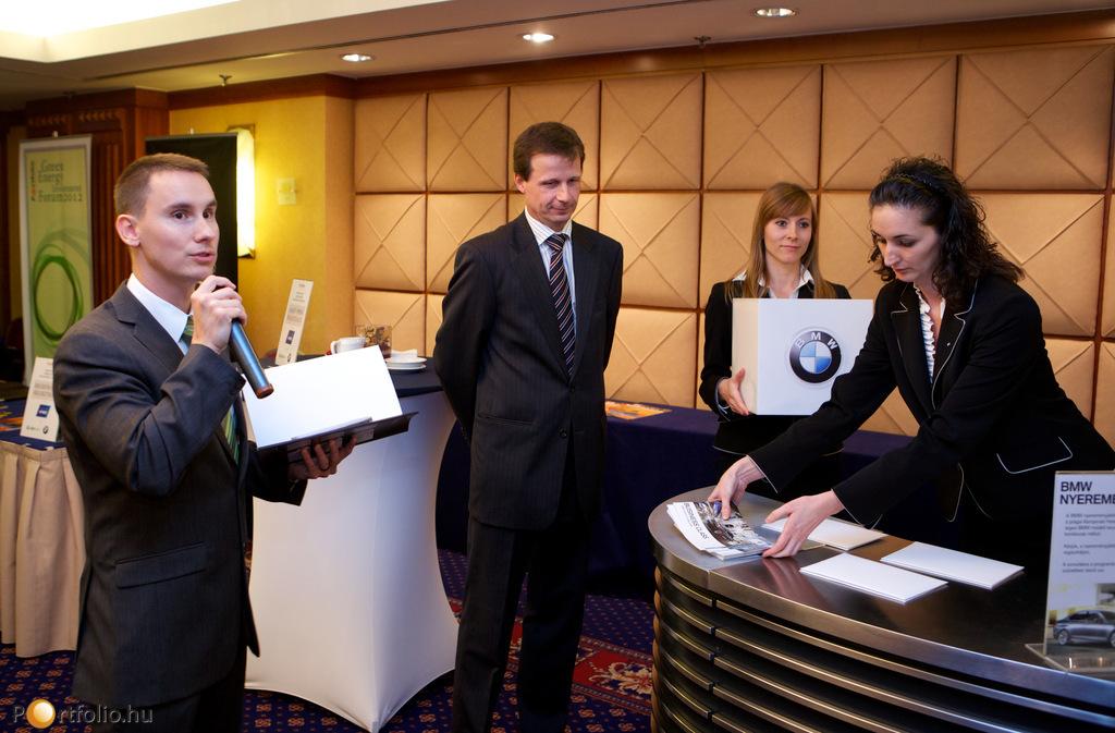A délutáni kávészünetben kisorsolásra került 3 értékes nyeremény a BMW Group Magyarország jóvoltából. Középen Rákos Péter flottaértékesítési vezető, a mikrofonnál Benkő András, a Portfolio.hu rendezvény menedzsere.