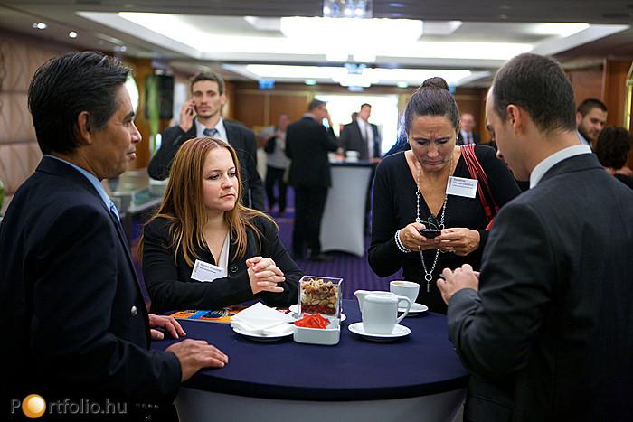 Előadói egyeztetés. A kép jobb oldalán Sandrine Dixson-Decléve (igazgató, University of Cambridge Programme for Sustainability Leadersh).