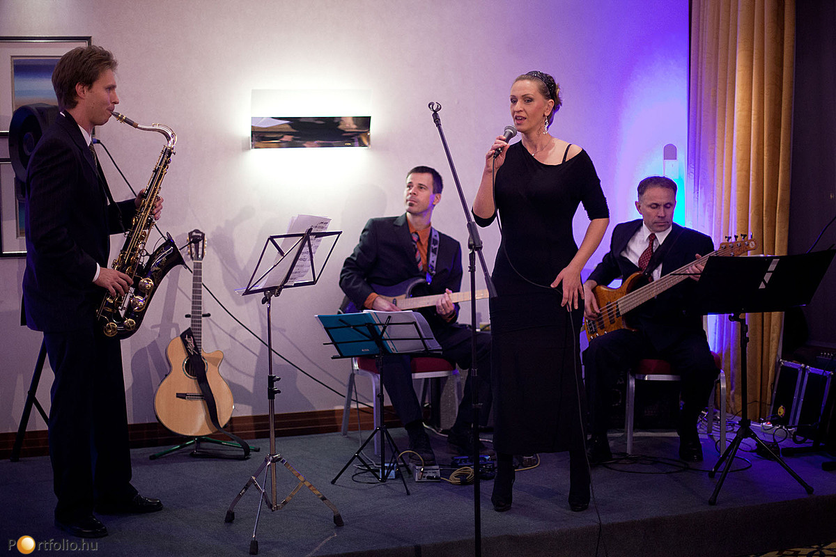 A konferencia szakmai programjának lezárása után élő zenés állófogadás kezdődött.