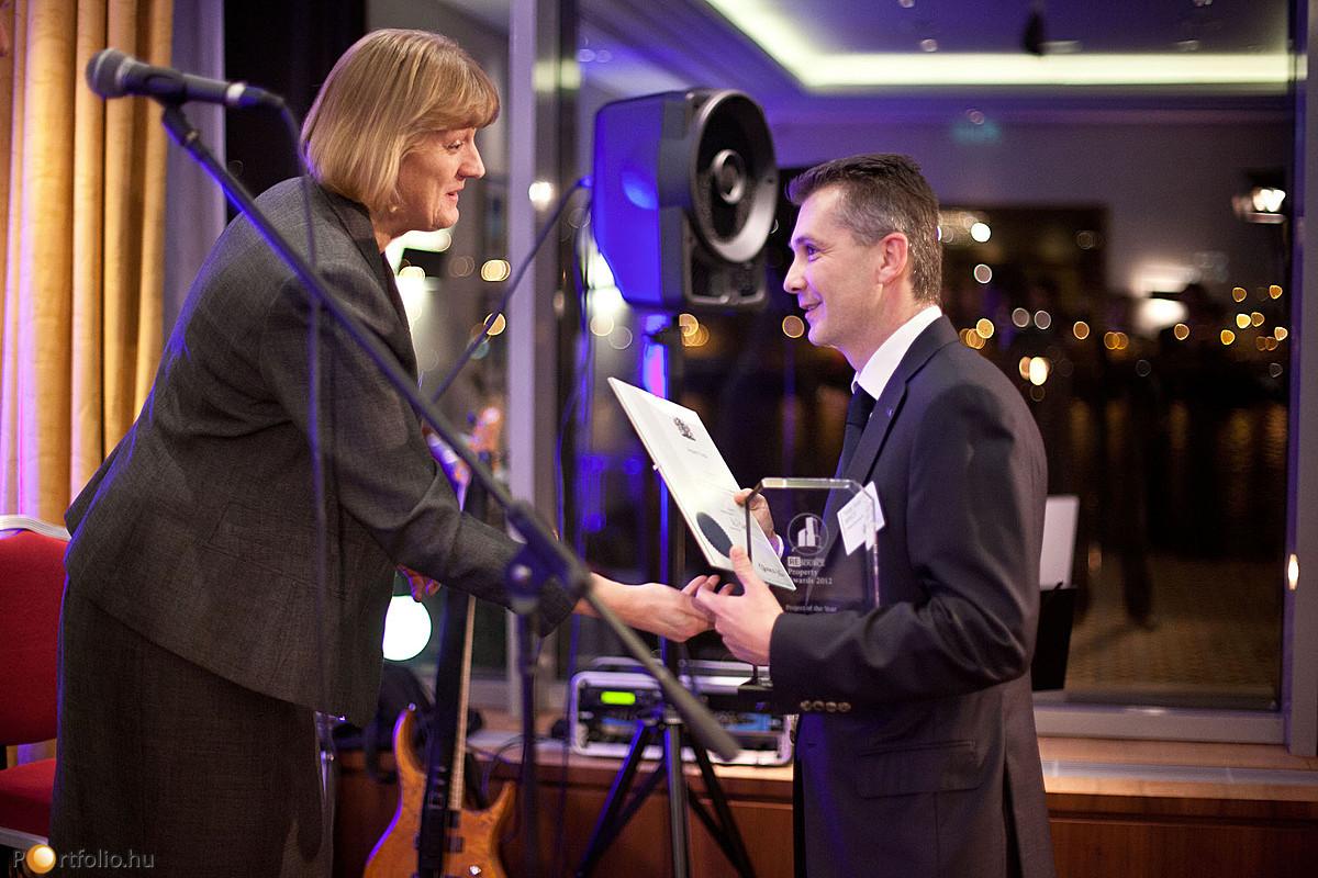 Louise Brooke-Smith FRICS (Senior Vice president, RICS, London) diplomát adott át Török Árpádnak (MRICS, a TriGranit Fejlesztési Zrt. vezérigazgató).
