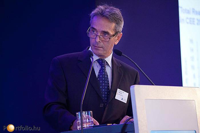 A pulpitusnál: Dános Pál MRICS (igazgató, KPMG).