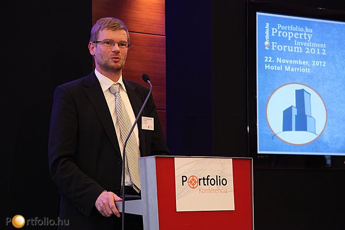 Dupla vagy semmi - Az FM nagy lehetősége. Az előadói pulpitusnál Dr. Hajnal István FRICS (vezérigazgató, Biggeorge's NV).