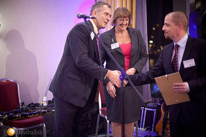 Michael Smithing FRICS (Executive Director CEE / Chairman, Colliers International / RICS Hungary) gratulál a díjazottnak.