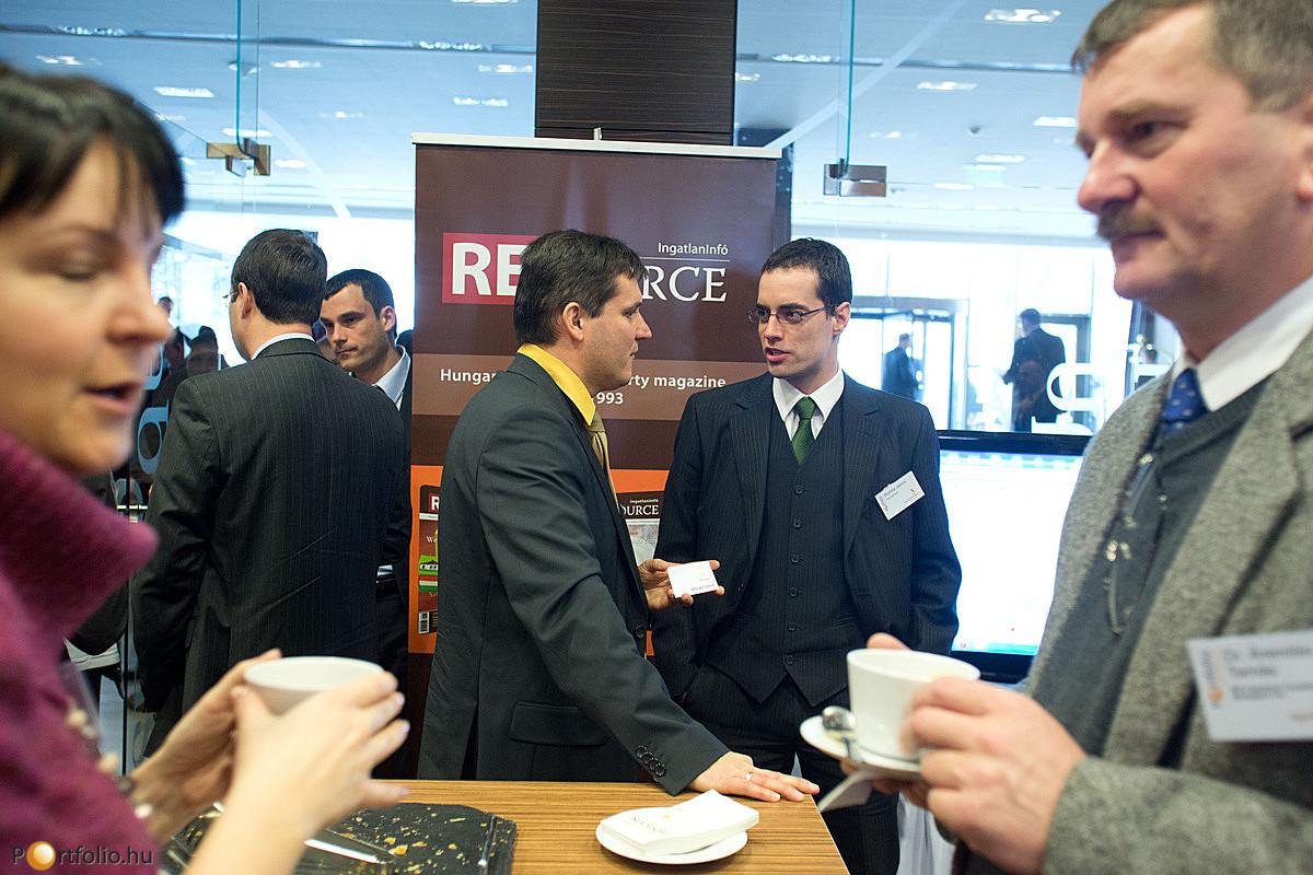 A kávészünetben lehetőség nyílt a szakmabelieknek megbeszélni a hallottakat.