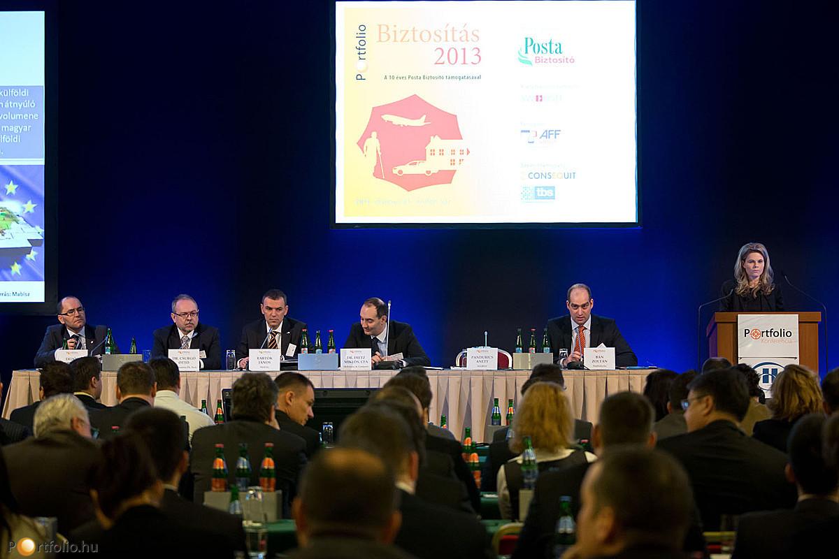 A pulpitusnál Pandurics Anett a MABISZ elnöke és a Magyar Posta Biztosító elnök-vezérigazgatója.