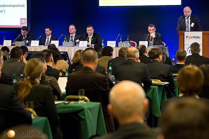 Dr. Banyár József elnöki főtanácsadó (PSZÁF) a Felügyelet szabályozási prioritásairól tartott előadást.