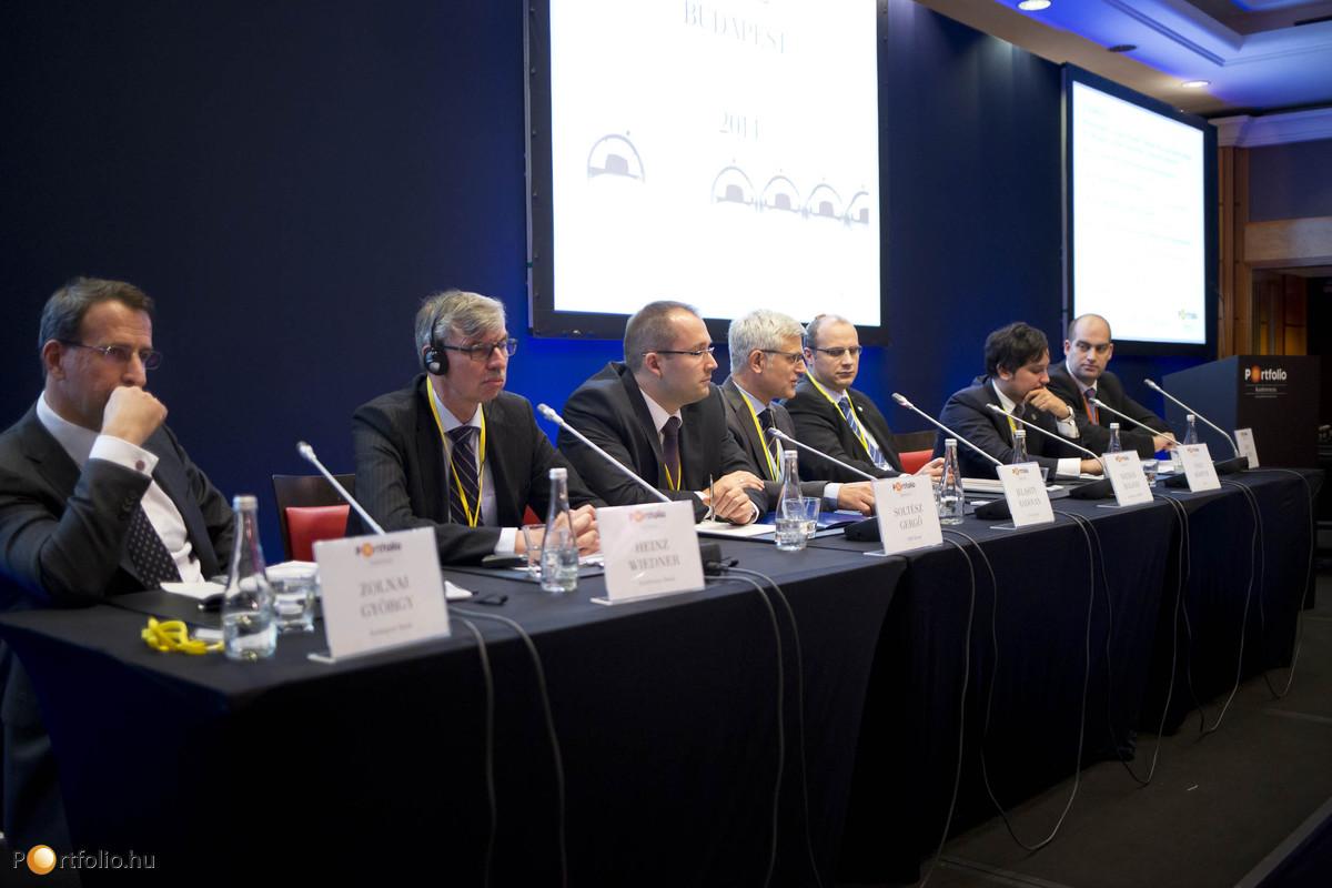 A bankszektor és a hitelezés – vezetői helyzetértékelés. A beszélgetés résztvevői: Zolnai György (vezérigazgató, Budapest Bank), Heinz Wiedner (vezérigazgató, Raiffeisen Bank), Soltész Gergő (vezérigazgató, FHB Bank), Jelasity Radovan (elnök-vezérigazgató, Erste Bank), Nátrán Roland (vezérigazgató, Eximbank, MEHIB), Nagy Márton (pénzügyi stabilitásért és hitelösztönzésért felelős ügyvezető igazgató, Magyar Nemzeti Bank) és a moderátor, Bán Zoltán (vezérigazgató, Net Média Zrt. (Portfolio)).