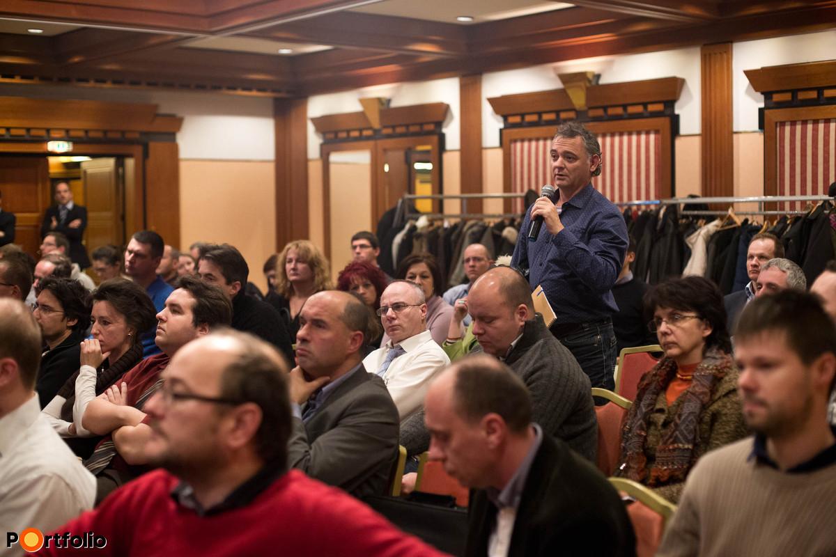 A közönség tagjai is feltehették kérdéseiket.