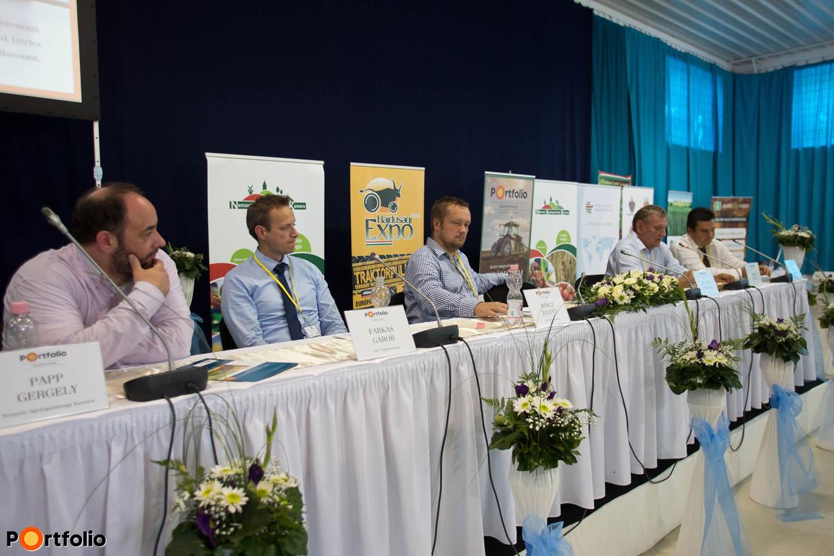 A hazai tejágazat helyzete, lehetőségek és kihívások. A beszélgetés résztvevői: Papp Gergely (szakmai főigazgató-helyettes, Nemzeti Agrárgazdasági Kamara), Farkas Gábor (menedzser, PwC Magyarország), Harcz Zoltán (ügyvezető igazgató, Tej Terméktanács), Nyakas András (ügyvezető igazgató, Nyakas Farm Kft.) és Osvay György (elnök- vezérigazgató, Szerencsi Mezőgazdasági Zrt.).