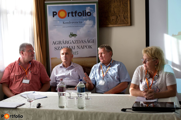 Ágazati kihívások és lehetőségek – Fejlesztési források az új Vidékfejlesztési Programban (fókuszban az élelmiszeripar, tejipar és a kertészet) Beszélgetés résztvevői: Dr. Lendvai Csaba (tulajdonos, SERVET 2000 Kft.), Kiss János (elnökségi tag, Tej Terméktanács), Nyakas András (ügyvezető igazgató, Nyakas Farm Kft.), Fülöp Gáborné (ügyvezetõ igazgató, tulajdonos, Agrosprint Kft.). (Fotó: Hurta Hajnalka)