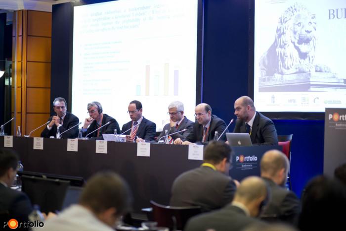 Panel discussion: Bank leaders on the Hungarian economy). György Zolnai (CEO-Chairman, Budapest Bank), Heinz Wiedner (CEO, Raiffeisen Bank), Pál Simák (Chairman-CEO, CIB Bank), Jelasity Radovan (President and CEO, Erste Bank), László Bencsik (Deputy-CEO, OTP Bank) and the moderator, Zoltán Bán (CEO, Net Média Zrt. (Portfolio)).
