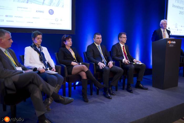 Transparency, standards, innovations - FM-PM round table. Gábor Décsi MRICS (Managing Director, DOME Facility Services Group), Zsuzsa Pálfalvi (Managing Director, Graphisoft Park Services), Ildikó Laskai (Managing Director, KÉSZ Ingatlan Kft.), József Schmidt (Deputy-CEO, Future FM), András Schmidt (Facility Manager, Skanska Hungary) and the moderator, J. Balázs Barts FRICS (CEO-Chairman, Budapest Főváros Vagyonkezelő Központ Zrt.).